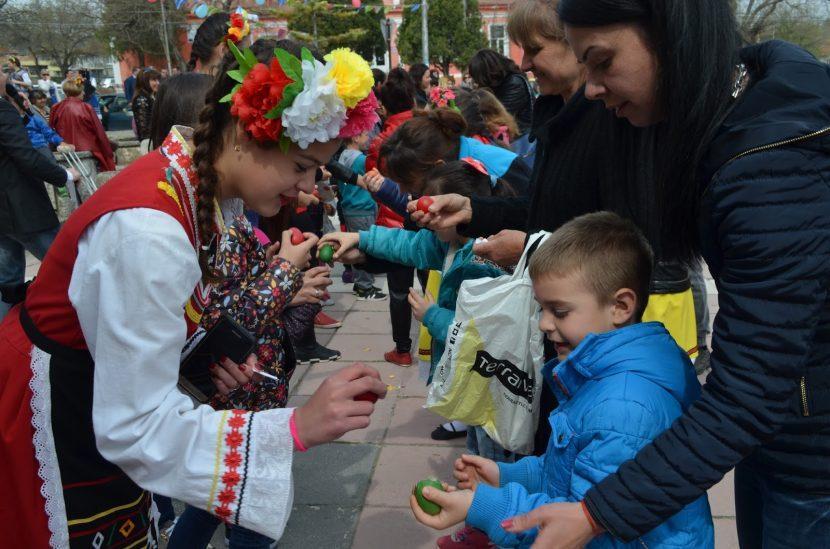 Борба с яйца, конкурс за домашен козунак и концерт зарадваха девненци на Великден
