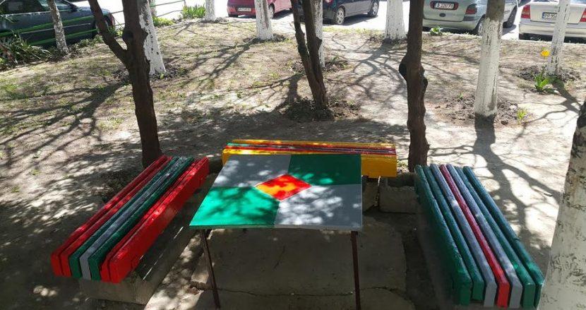 """Граждани за пример! Живущи в блок на """"Д-р Басанович"""" сами си боядиха площадката и пейките"""