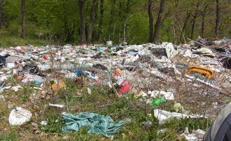 Нерегламентирано сметище над Владиславово (снимки)