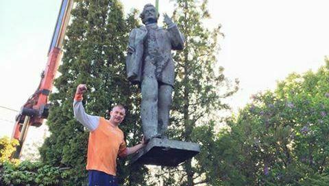 Варненец си монтира паметник на Георги Димитров в двора (снимка)