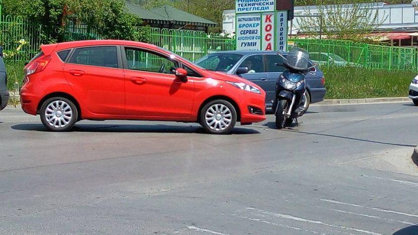 """Катастрофа между мотор и лек автомобил, затрудни движението на бул. """"Цар Освободител"""" (снимки)"""