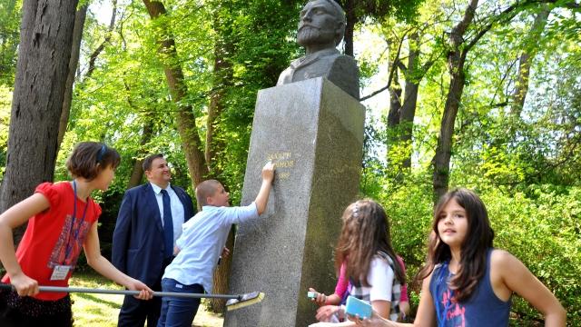 Младежи дискутираха с евродепутата Емил Радев и освежиха паметници на възрожденци (снимки)