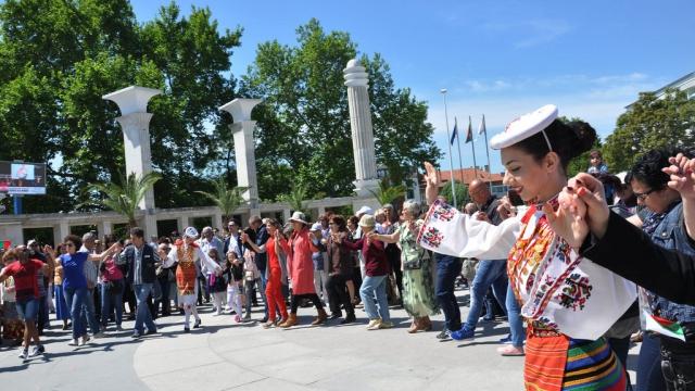 Празнично хоро за деня на българската просвета извиха варненци