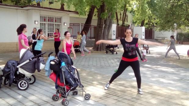 Млади майки си спретнаха спортна площадка под открито небе в Морската градина