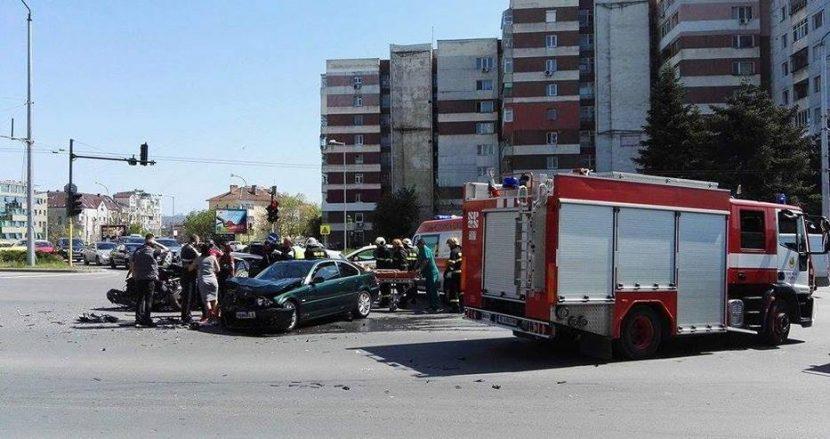 Тежка катастрофа в центъра на Варна! Три пожарни и линейка на мястото (снимки)