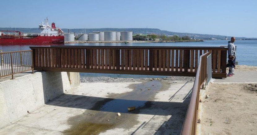 Нови дървени мостове освежиха аспарухов парк (снимки)