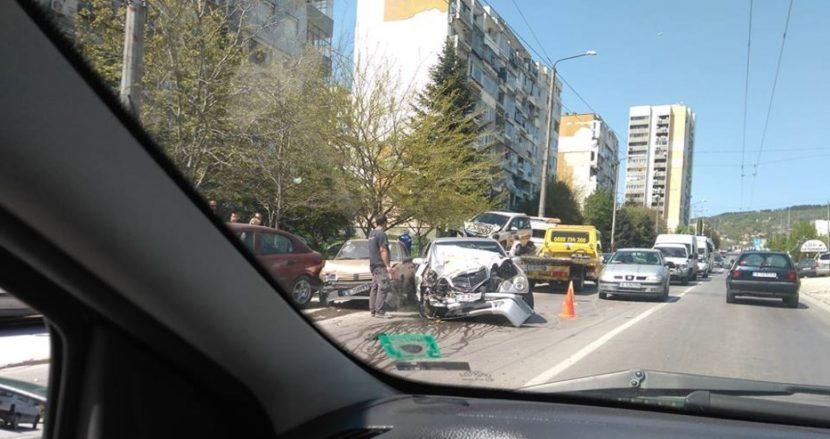 """Мерцедесът от катастрофата на ул. """"Вяра"""" е помлял пет коли (Снимка)"""