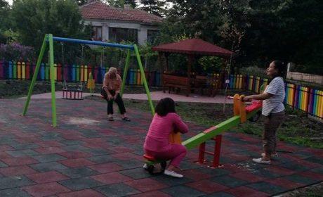 """Възрастни се люлеят на новата детска площадка в """"Повеляново"""" (снимки)"""