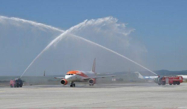 С воден салют посрещнаха на летището първия полет на easyJet от Лондон