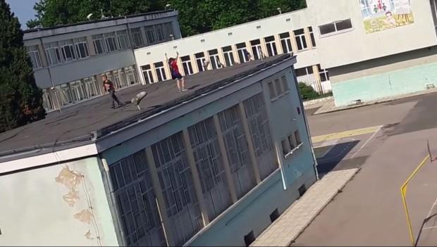 """Деца играят на покрива на училище в """"Аспарухово"""" (видео)"""