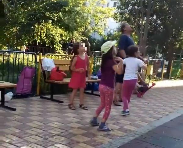 """Мъж попари с """"бомба"""" от вряла вода деца на детска площадка във Варна (видео)"""