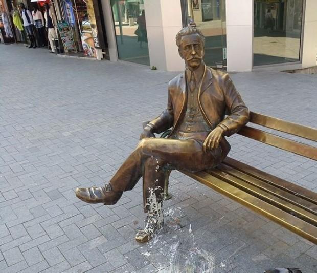 Отново оскверниха статуята на арх. Дабко Дабков
