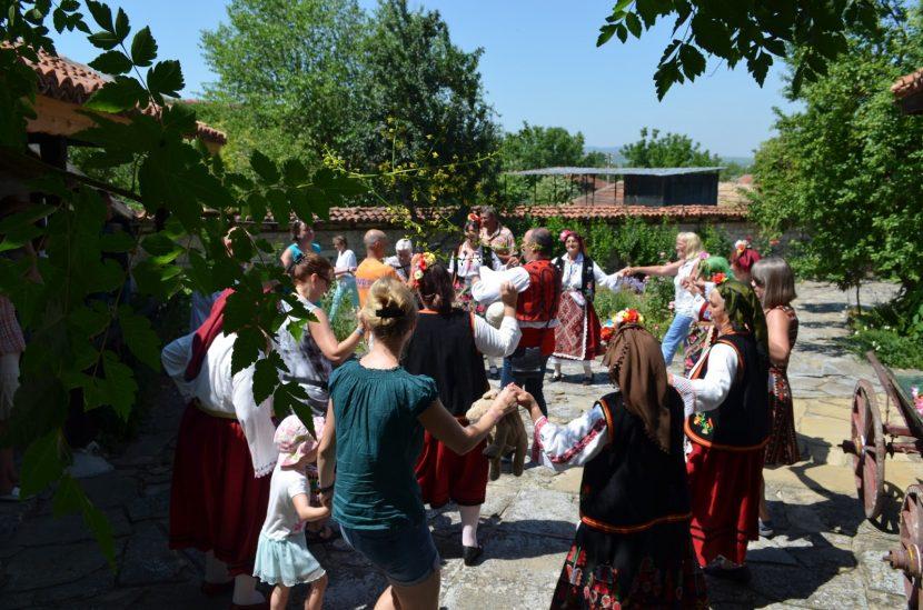 Чужденци научиха как се играе право хоро в Кипра (снимки)