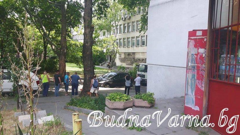 Лек автомобил пропадна в дупка в близост до НАП – Варна