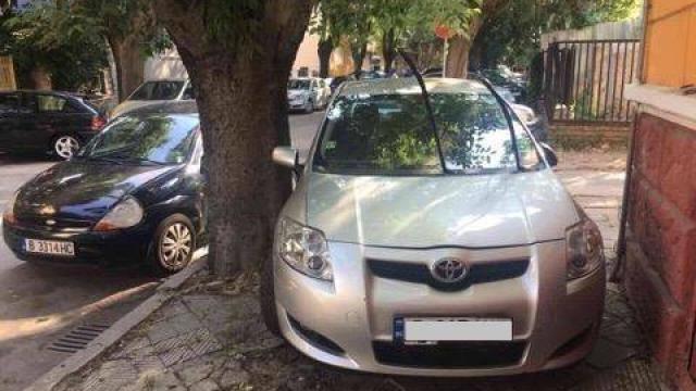 Нагъл шофьор блокира тротоар край детска градина във Варна