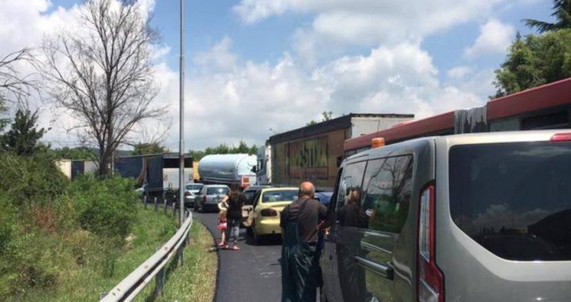 Първи поражения от ремонта на пътя за Аксаково! Хора вървят пеш до летището, изпуснаха си полета