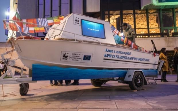 Рибарски кораб ще акостира в търговски център във Варна