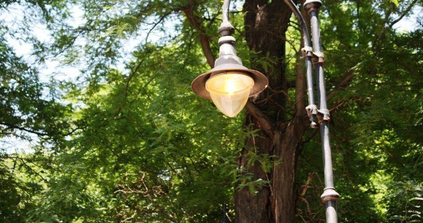 Улични лампи светят посред ден в центъра на Варна