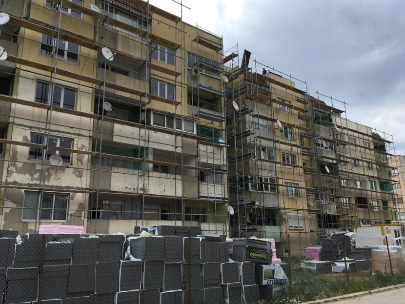 Започна санирането на втори блок в Каспичан (снимки)