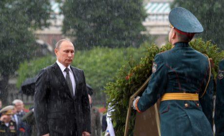 DAILY MAIL: Путин стоически издържа под проливния дъжд