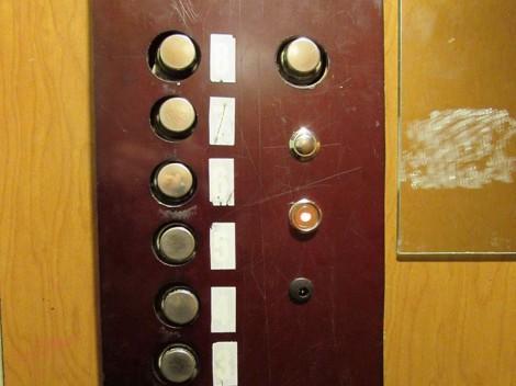 Инспектори спряха 37 асансьора във Варна, защото нямат телефонна връзка с техник