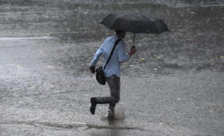 Гръмотевици, светкавици и силен дъжд се изсипват над Варна в момента