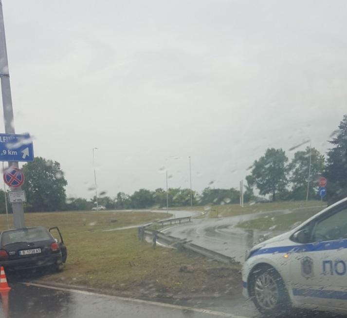 Форд се заби в стълб във Варна