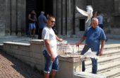 Пет бели гълъба в небето над Варна отбелязаха годишнина от свободата на медиците ни