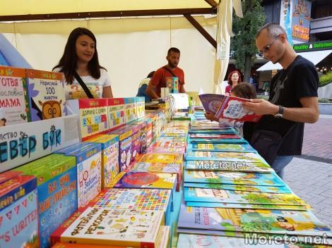 Алея на книгата във Варна: Ден втори и официално откриване