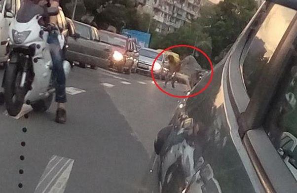 Екшън във Варна! Шофьор преби със сопа и винкел мъж в задръстване