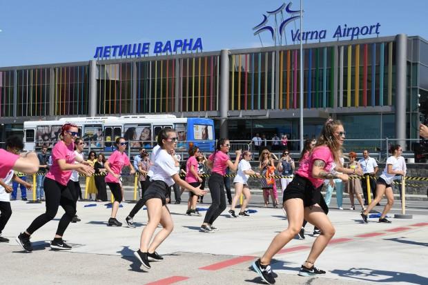 Воден салют в розов цвят и впечатляваща лятна хореография на летище Варна