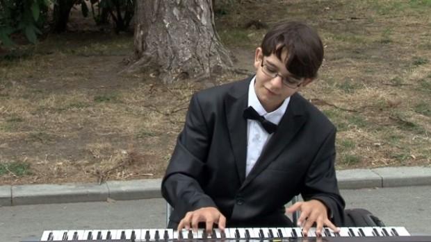 15-годишен пианист свири отново на улицата във Варна, за да събере средства за конкурси