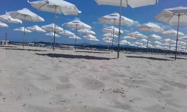 Натупаха спасител на плажа заради красива нудистка