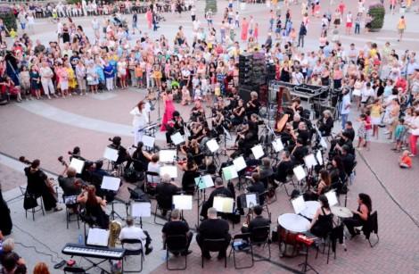 Празничен концерт край фонтана във Варна по случай 27-ми юли