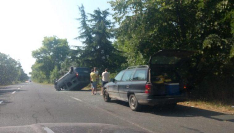 Тежка катастрофа край Варна, кола се обърна по таван (снимки)