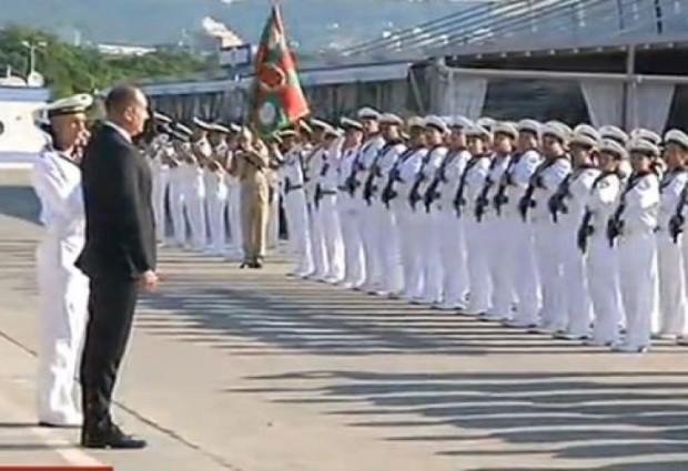 Президентът беше посрещнат с военен ритуал във Варна, ще гледа морски екшън