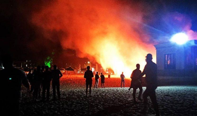 Огнен ад! Гори заведение на крайбрежната алея (снимки)