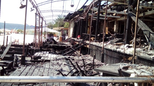 """Овъгленото """"Макалали"""" се превърна в атракция, алеята още мирише на изгоряло"""