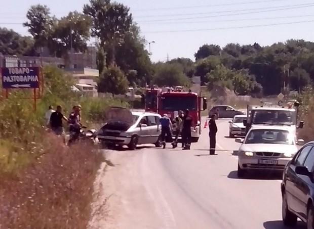 Автомобил и мотор се блъснаха на Крайезерния път