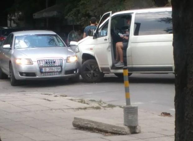 """Микробус и баровско """"Ауди"""" се блъснаха във Варна"""