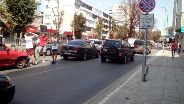"""Катастрофа затруднява трафика по бул. """"8-ми приморски полк"""""""