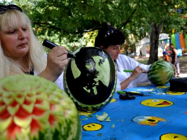 Тече фестивалът на динята във Варна, карвинг майстори показват умения