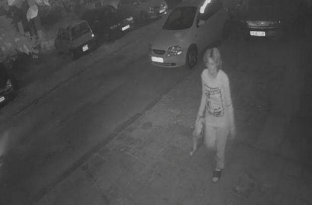 Жена чупи чистачки и огледала на паркирани автомобили в центъра на Варна