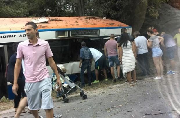 Каква гледка! Сблъсък с багер прати автобус в канавка край Варна
