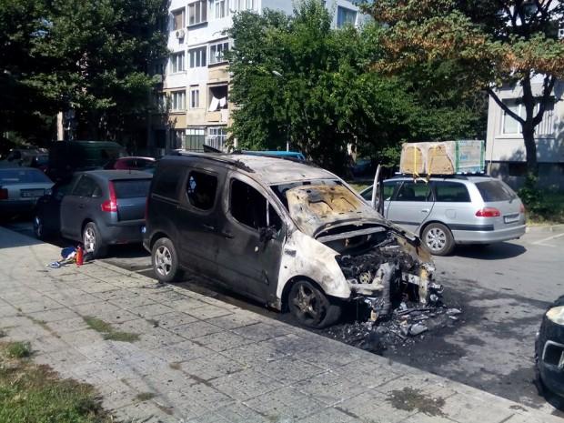 """Кола изгоря на ул. """"Драва Соболич"""" във Варна"""