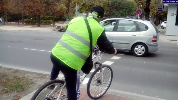 Колоездач отне предимството на кола във Варна и пострада