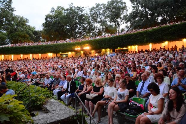 Връчват почетни звания на изявени варненци в Летния театър