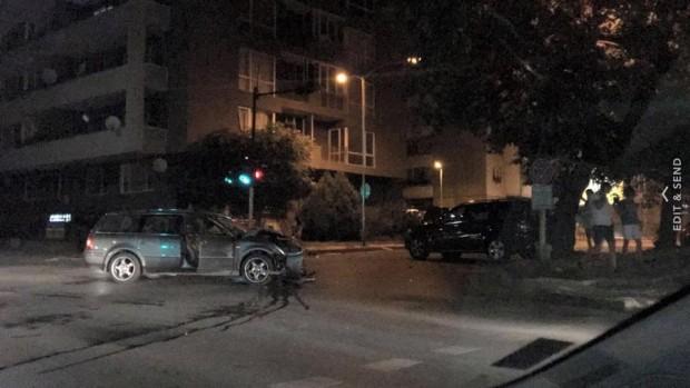 """Албанец профуча на червено и помля """"Мерцедес"""", заряза колата си и избяга"""