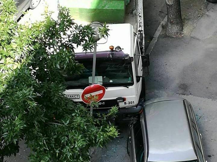 Първо в Будна Варна: камион се вряза в спрял автомобил