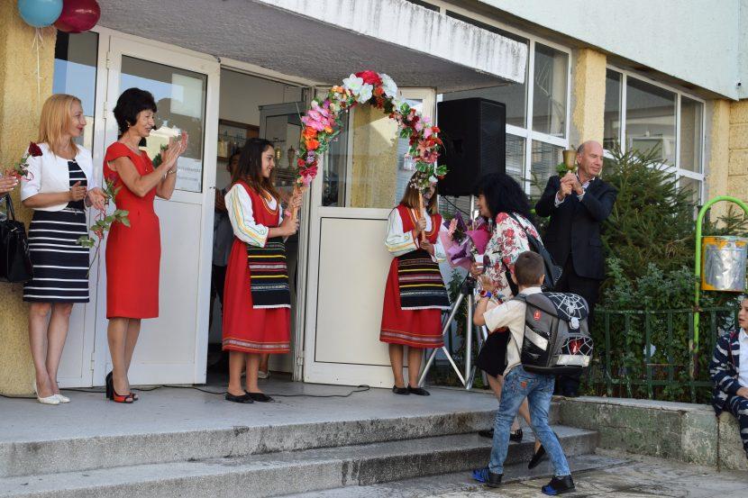 Удари първият звънец за 3234 първокласници във Варна (снимки и видео)